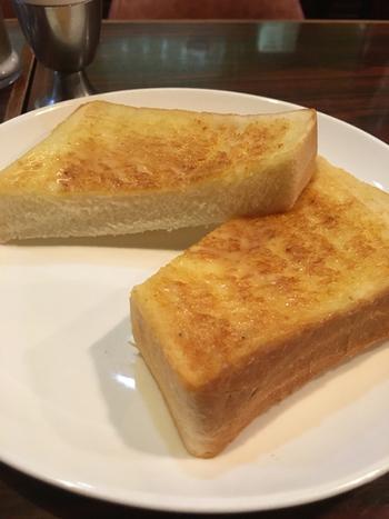 モーニングセットは、定番のトーストとコーヒーとゆで卵。ペリカンの食パンは、バターが塗られて出されます。表面はバターがじゅわっとしみて、内側はパンの旨みがしっかりと感じられます。レトロな喫茶店でいただく上質なモーニングを一度味わってみてはいかがでしょうか?