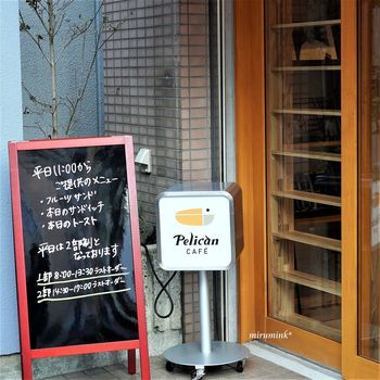 カフェオリジナルのペリカンマークがキュート♪入り口のボードには、メニューが書いてあります。