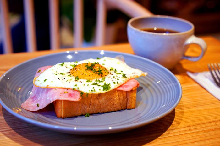 他にもメニューが豊富です。こちらのハム目玉焼きトーストは、卵の半熟加減が絶妙。黄身を崩してパンに絡めて頬張れば濃厚な味が口いっぱいに広がります。スタイリッシュで爽やかなプレートもおしゃれ。
