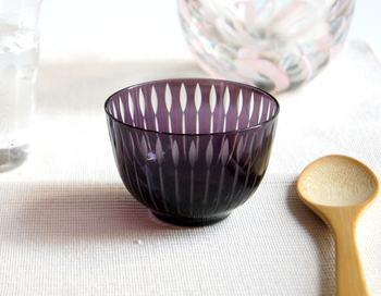 日本らしい器といえば、江戸切子。切子のひし模様が美しいこちらのミニボウルも、おめでたい席にぴったりですね。落ち着いた色合いなので、お料理もきれいに映えそう♪