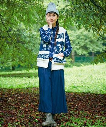寒い季節にまとう寒色系の装いは、見る人をハッとさせる着映えルックの代表格。カウチンベストをプラスすることで、カントリー調なのにどこか都会っぽい、新鮮な着こなしが完成します。
