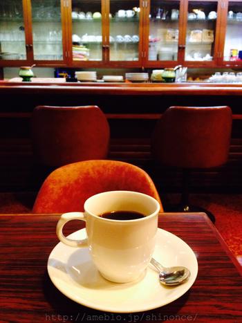 ダークブラウンを基調としたシックな店内。昔ながらの椅子がレトロな雰囲気を演出しています。朝から営業しているので、出勤前に一杯飲んで行く常連さんも多いんだとか。