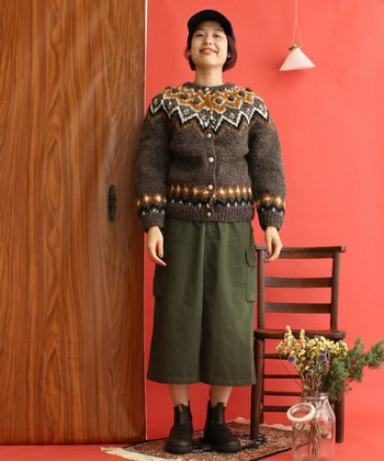 イエローの毛糸が印象的なカウチンカーデは、ベーシックカラーのボトムでその彩りを引き立てるのが◎。渋色のカーキスカートをONすれば、フェミニンかつボーイッシュなイメージに仕上がります。