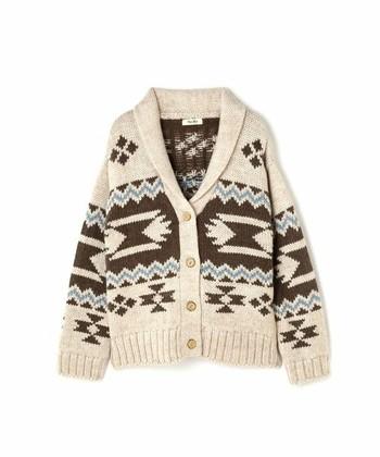 アメリカ仕込みのヴィンテージムードに、独特な編み模様。タイムレスに愛されるカウチンニットは、冬の大定番アイテムのひとつです。ただ、その特徴的な色柄ゆえ「着回しがしにくいのでは?」と思っている方もいらっしゃるかも知れません。そこで今回は、カウチンニットの着こなしパターンを、合わせるアイテム別に研究していきたいと思います!