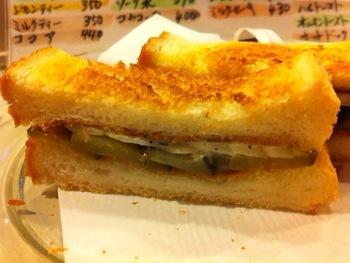 ピクルスが効いたオニオントースト。ほのかに甘いパンとの相性も抜群。食べやすいサイズにカットしてある細かい気遣いがうれしいですね。