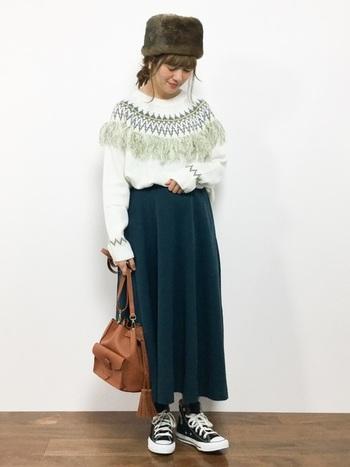 グリーンの模様が印象的なノルディック柄ニット。スカートも今季注目のモスグリーンにして、統一感とトレンド感を狙います。