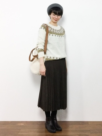 清楚な印象のノルディック柄ニットは、落ち着きのあるプリーツスカートとも相性バツグン!全体をブラウンとホワイトでまとめ、親近感のある大人スタイルを目指します。