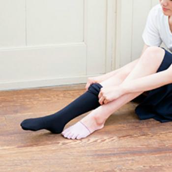 手軽にはじめられる足先の冷え対策としてオススメなのが「つま先5本指ソックス」。実は普通の靴下だと指の間に汗がたまり冷えを助長してしまう原因に。5本指タイプなら指間の気になる汗を吸収し、常にサラサラな状態に保ってくれるので、ムレからくる冷え対策もバッチリです。  つま先だけのタイプならいつもの靴下やタイツの下に履くだけでOKなので、ボトムを気にしなくていいのが嬉しいポイント。好きなファッションを楽しみながら気軽に冷え対策ができちゃいます。