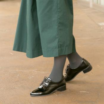 保温作用に優れた「遠赤外線タイツ」は、遠赤外線効果で体温を光電子®繊維が吸収してふく射し、効率的にポカポカした暖かさを持続させます。  真冬はワイドパンツの下に履けば下半身の防寒対策はバッチリ。すっきり履けるので、細身のパンツでももたつかずに履きこなせますよ。タイツだけでもあったかいので、スカートのおしゃれも楽しめる頼れるアイテムです。