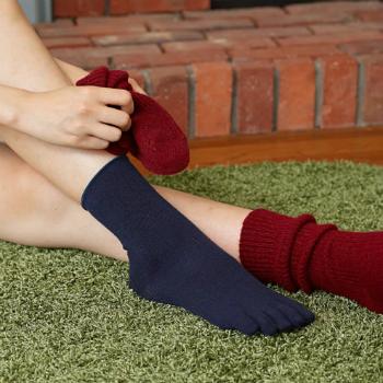 薄手なので重ね履きもしやすい「発熱5本指靴下」。微粒子金属酸化物をレーヨンに練り込んであるので、人体からのわずかな熱を吸収し、足元を温かく保ちます。ゴム口がゆったりしているので、締め付け感もなく着用でき、つま先は5本指なのでムレない上に履き心地も気持ちいい。  1枚でも温かく、カラーバリエーションも豊富なので、ファッションとの色合わせも楽しみたいですね。