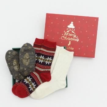 豊富なデザイン展開もTabioの魅力のひとつ。今なら、冬にぴったりな可愛いデザインの靴下がセットになった「クリスマス限定ギフトセット」(メンズ・レディース各5種展開)をオンライン限定で販売中です。冷えとり靴下やタイツの上に重ねて履いて、冬の足元のおしゃれを楽しみたいですね。  オリジナルのクリスマスデザインのギフトBOXに入れてお届けするので、プレゼントにもきっと喜ばれますよ。いつもお世話になっている大切なあの人へ、心も身体もあたたまる素敵なクリスマスプレゼントを贈ってみませんか?