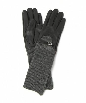手元の装いがさらに洗練される、2つ以上の素材をドッキングした手袋。中でも、レザー調素材と一緒になったものであれば、グッとリッチな空気が漂います。