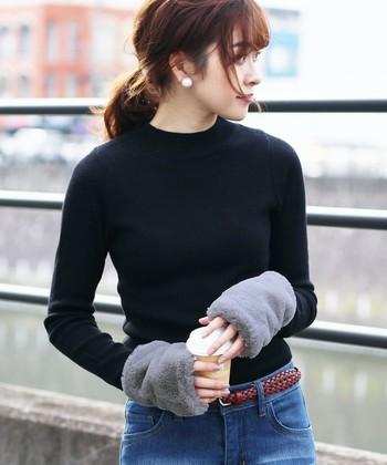 一度手を入れたら、その感触の虜になってしまいそうなモフモフ手袋。極寒の日も、こんな一組があれば安心です。手元にボリュームが出ると全身のバランスが変わるので、装いも新鮮なイメージになりますよ!