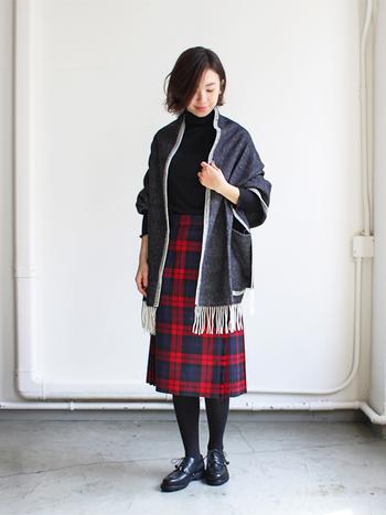 ニット×ワイドパンツのようなリラックスコーデとも相性バッチリですが、チェック柄のスカートを主役にしたトラッドなスタイルにも良く似合います。ブランケットを羽織ることでカジュアルさと柔らかさがプラスされて、バランスの良い着こなしに仕上がります。