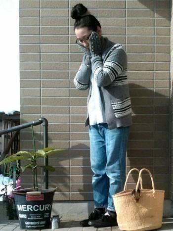 コーデに無邪気さが宿りそうな、ボンボンデザインのミトン手袋。単色のニット素材なら、いろんな洋服に合わせやすくて◎。