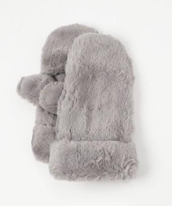 付け心地はもちろん、見た目にも温かいエコファーの手袋。コロンとした丸みのあるシルエットが、着こなし全体もフェミニンに引き寄せます。