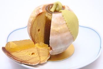 さらにユニークなのは、中にゼリーが入ったりんごの形をしたバウムクーヘンや、花器にしか見えない創作バウムクーヘンを販売している点。本当に素晴らしい技術力です。お取り寄せしてみたくなりますね。