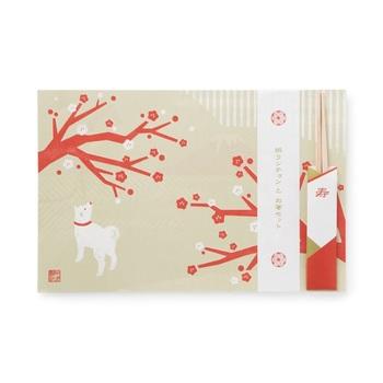 2018年の干支・戌(犬)が描かれたペーパーランチョンマット。お正月らしい柄が5種1セットになっていて、どれもお料理を引き立ててくれる優しいデザインです。