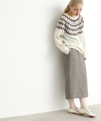 白のノルディック柄セーターに大人っぽいグレーのペンシルスカートを合わせて。足元も白で統一した全体的に淡い色合いのコーデは、ノルディック柄がより寄り引き立つ、冬らしいコーディネートに。