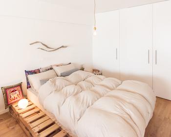 部屋の広さに余裕があるのであれば、1サイズアップの敷布団やベッドを使用することをおススメします。 例えば、大人1人で寝るときはセミダブル、大人2人のときはクイーンを選びます。  寝返りをうったときに、狭い布団で寝ていると落ちそうになりますよね。しかし寝ながらも人は無意識に落ちないようにしています。そして、落ちないようにするということは熟睡できていないということのです。  より気持ちよく眠るためには、寝返りをうっても落ちない広さが必要です。