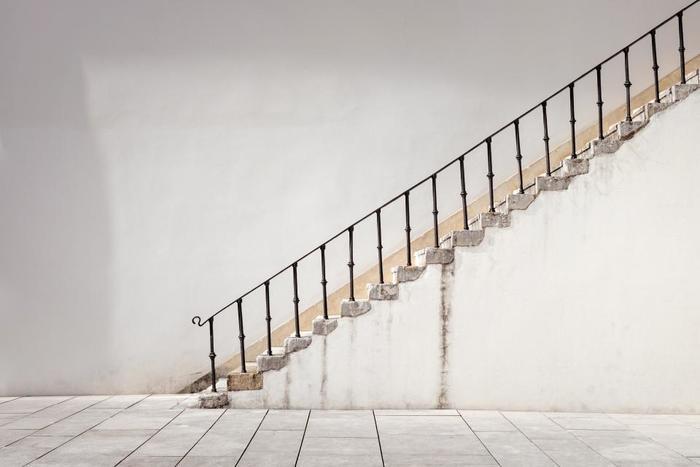腸腰筋を鍛える簡単な方法は、できるだけ階段を使うようにすること。階段を昇るときの股関節を曲げる動きが、腸腰筋を動かすことになります。無理のない程度で階段を1段ぬかしで上がるようにすると、さらにしっかり腸腰筋を動かせます。自宅にいるときには、テレビを観ながらもも上げをするのもいいでしょう。ひざを高く上げるのを忘れずに!