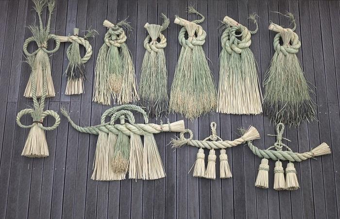 """お正月に欠かせない「しめ飾り」は、歳神様をお迎えする""""神聖な場所""""の目印と、わざわいなどが家の中に入らないようにする役目があります。12月25日から28日頃に家の戸口に飾りましょう。  ※稲わらで作られた「ことほき」のしめ飾りは、銀座本店にて数量限定で展示販売します"""
