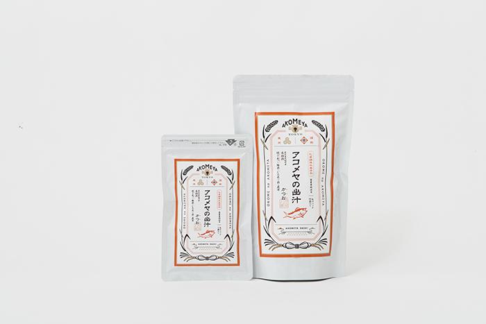 鹿児島県枕崎産の本枯節や焼きあご、むろあじ節など、こだわりのだし素材がたっぷりつまった、アコメヤの出汁<かつお>は豊かな風味が特徴です。