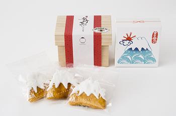 おめでたい気持ちになれる「富士山せんべい」は、職人が1枚1枚手焼きで焼き上げたもの。山頂部分に白い砂糖をまとっているので味の変化も楽しめます。