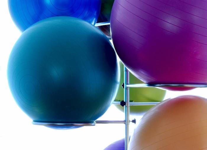 日常の中で広背筋を鍛えるには? それはバランスボールをイス代わりに座ることです。背中から力が抜け、姿勢が崩れてしまうと、バランスボールに座った状態をキープするのは難しいもの。バランスボールに座ることで自然と美しい姿勢が作られ、広背筋だけでなく腹筋やインナーマッスルを鍛えるのに役立ちます。