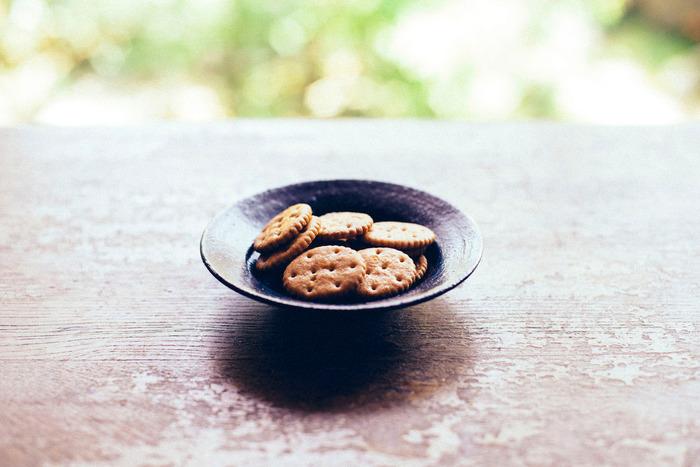 小麦ブランならではの素朴な風味とつぶつぶ感、米油ならではの甘い香り、ほどよい塩加減は、ついつい手が伸びてしまうおいしさ。3時のおやつにぴったりです。