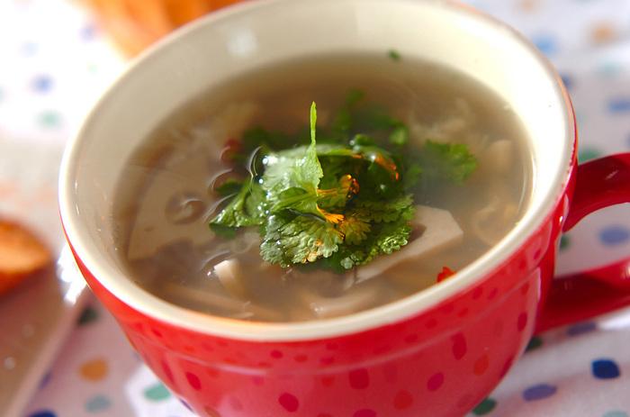 ピリッとくる辛さが癖になるトムヤムクン風のスープです。 パクチーの香りが食欲をそそります。