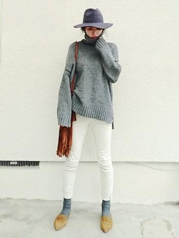 帽子もグレーがおすすめです。黒も似合う色ですが、やはり顔色が明るく見えるグレーやライトグレーなど、似合う色も使う場所によってうまく組み合わせましょう♪