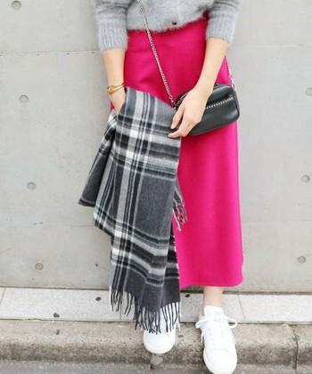 顔に近い位置にくるマフラーはグレーがおすすめ。ちなみにこちらの青みがかったピンクのスカートもとても似合う色ですよ♪