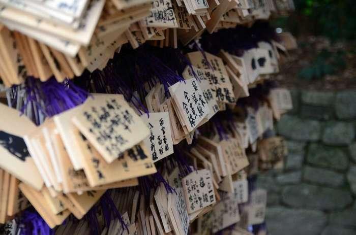 北野天満宮は、学業成就や開運などのご利益があるとして神社として、多くの受験生たちが願い記した無数の絵馬が掲げられています。