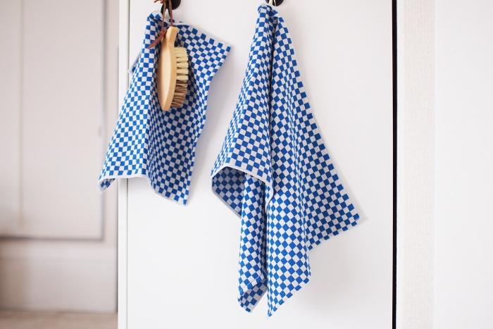 ループがついているので、ひっかけておくことも。鮮やかなブルーと白のコントラストがキッチンを明るくしてくれそう。