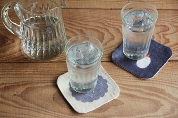 コースターはなくても困らないけれど、あると生活に潤いが出るような気がしませんか?グラスに注いだお水だっていつもよりおいしそうに見えるのは、コースターのおかげ。