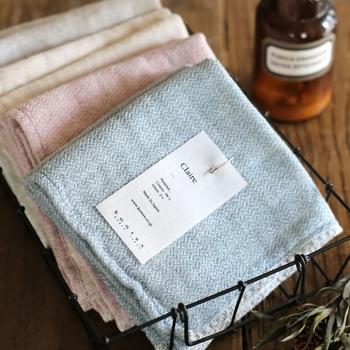 綿織物で有名な今治のタオル。柔軟剤を使わなくてもふっくらするように素材にとことんこだわり、オーガニックコットンをはじめ世界各地の優れた綿花を厳選しています。