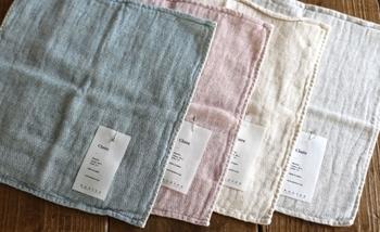 片側がパイル、反対側にガーゼを使用したタオルハンカチ。肌に触れるパイル部分はオーガニックコットン100%で、綿本来の弾力と優しさが感じられます。ガーゼ側の表面にデザインされた織りの地模様は、揺らぎのある独特な肌ざわり。柔らかさが持続されやすいような工夫がされているので、長い間、心地よい風合いを保つことができます。