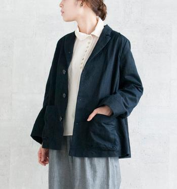 デザイナーがこだわって探しだした、日本の織り機を使用し完成したジャケット。性別・年齢を越えてあらゆる層の方に着て頂ける一着はデザイン性が高く、ナチュラル派のワードローブにも違和感なく馴染みます。着こなしによって女性らしくなったりマニッシュになったりと、色々な表情を見せてくれるのも魅力的。