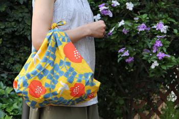物を包むだけでなく、端を結んでバッグにすることも。急に荷物が増えた時も風呂敷が1枚あればとても便利ですね。