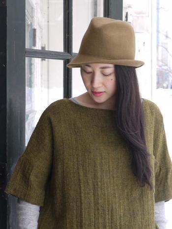 帽子も顔周りに近いアイテムのひとつ。こちらのフエルトハットのようなキャメルもお似合いの色です。あたたかみのあるカラーで優しい印象に見せてくれますよ。