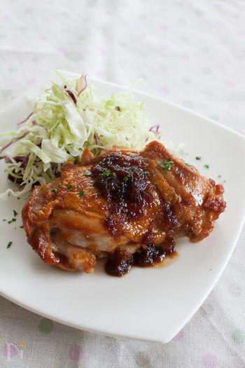 肉の繊維を柔らかくするリンゴ酸。りんごは料理にも大活躍してくれる果物です。こちらはりんごとハチミツ入りのジンジャーソースが決め手のチキンステーキ。パリパリに焼いた鶏肉にソースを絡めて。ご飯がすすむこと間違いなしです。