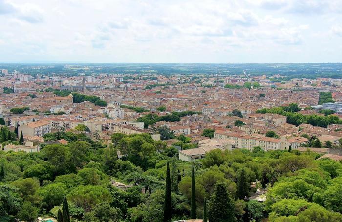 かつてローマ帝国の植民地だった、フランス南部に位置する都市「ニーム」。ローマ街道を思い起こさせる旧市街地を歩いていくと、ローマ時代へタイムスリップした気分になります。ちなみにニームは古くから織物産業が盛んなことでも有名で、ブルージーンズの「デニム」の名前はこの都市が由来といわれています。