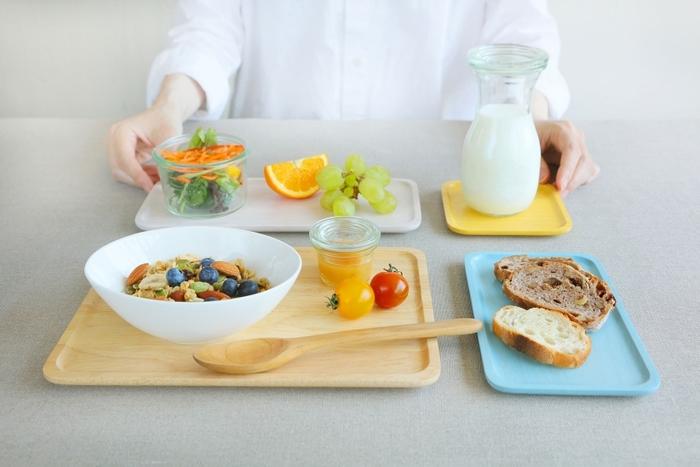ベーシックで用途広がる木製のスクエアプレート。L.M.S.SSの4サイズで、それぞれが使いやすい大きさです。Mサイズにはお菓子とカップをのせて、ティータイムに。Lサイズは奥行きもあるので、パンやサラダをのせて朝食に。Sサイズは、料理とは分けて盛りたいデザートや果物をのせたり、取り皿として使ってもいいですね。