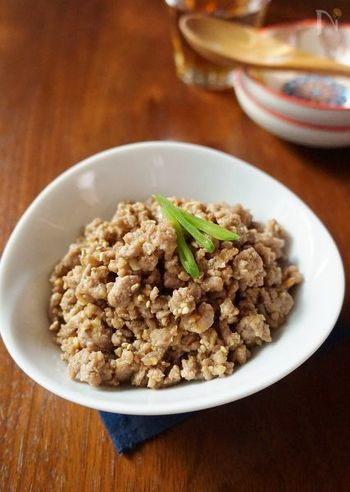 ひき肉(鶏でも豚でも)を炒め煮に。そのままそぼろご飯にしてもいいですし、チャーハンの具にも使えます。野菜を加えてカレー粉を足せばドライカレーにも。