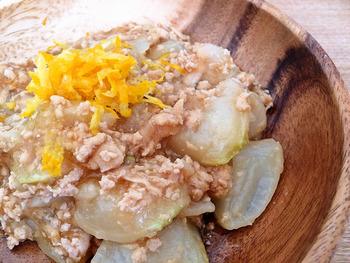 季節の野菜を加えて煮込めば野菜のそぼろ煮に。そぼろを炒める手間をカットできます。