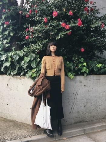 同じくsusuriのスカートを主役にしつつも、ガラッと雰囲気を変えてモードな着こなしに。コルセットのようにウエストを引き締めた今っぽいブラウスをシンプルなスカートが上手に引き立たせています。