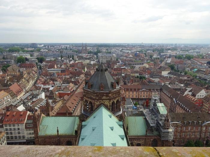 フランス北東部に位置する「ストラスブール(Strasbourg)」。第二次世界大戦後はドイツ領となり、1944年にフランスが奪還しました。そんなドイツ文化が残るストラスブールは、近年ではEU本議会が置かれ、ヨーロッパにおける主要都市となりつつあります。また、日本領事館があり、日本との繋がりもある都市です。