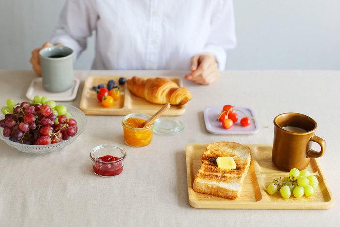 こちらは使いやすそうな長方形のスクエアタイプ。Sサイズにはパンとフルーツをのせたり、ちょっとしたお茶菓子をのせても。Lサイズにはマグカップを一緒にのせて、モーニングプレートに。持ち運びやすいので、ソファやデスクなど、好きな場所で簡単な朝食をとる方にもおすすめです。
