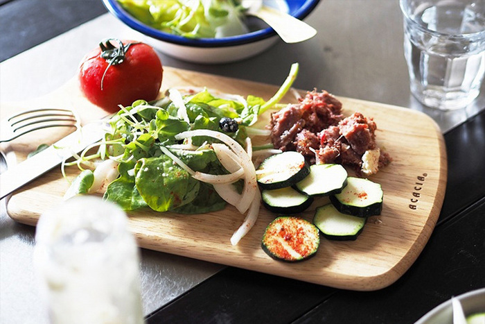 ホームパーティーなどでお料理を盛り付けるのに使うことも。陶器のお皿とはひと味違った温かみをテーブルに演出してくれます。